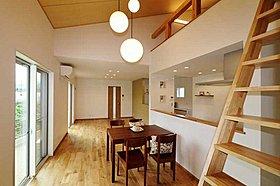 回遊できるキッチンにカウンターのある家事スペースを設置