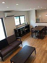 飾り棚や本棚としても利用できるカウンター付き収納