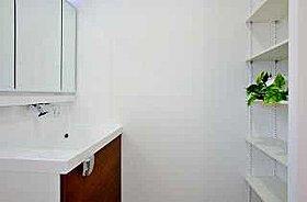 洗面にも、タオル類やストック物を収納できる棚を設けています