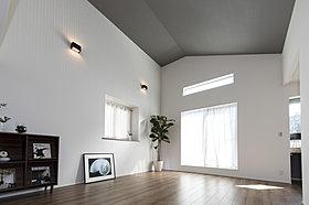 (施工例)勾配天井・高窓・3面開口から降り注ぐ明るいリビング