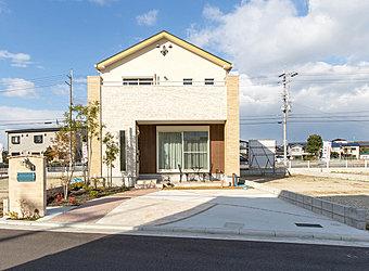 モデルハウス5号棟の外観です。アクセントの柱やレンガ調の外壁等、エクステリアにこだわったこだわりの外観