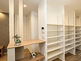 キッチンのすぐ隣に大容量の収納スペースがあります。