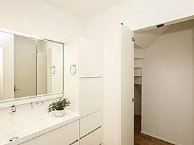 デザイン性と機能性に溢れる明るい洗面室。