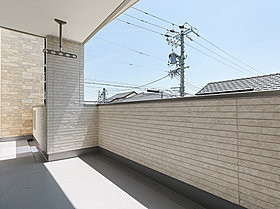 くつろぎの屋外空間としても利用可能なインナーバルコニー。