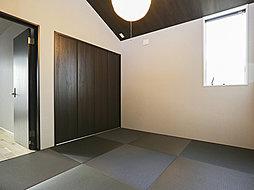 デザイン性の高い半帖畳を使用したくつろぎの和室。