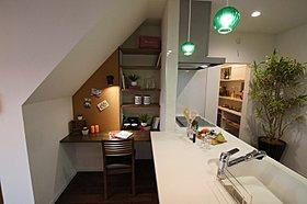 キッチン横にはカウンター。ちょっとした作業スペースに大活躍!