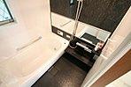 ワイトミラーのお風呂が空間を広くし、ゆったりくつろげるお風呂です。(現地モデルハウス撮影)