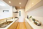 【2Qモデルハウス】キッチンには大型のカップボードが標準装備です。