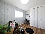 kids roomはしっかり家具がおけて収納スペースも確保。壁のクロスで楽しさを演出できます。