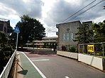 ●徒歩9分の距離にある飯山満小学校:大通りを通らず住宅街の中を通学できるので、低学年のお子様も安心して通わせることが出来ます。