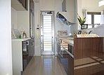 ■施工例:標準仕様のカップボード付きシステムキッチン。吊戸をなくし大きな窓をレイアウトする事で、明るく気持ちの良いキッチンとなります!