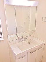 洗面台はくもり止めを施した三面鏡、シャワー水栓等設置。