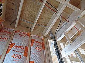 壁に断熱材が敷き詰めれることで、断熱性能の高い住宅を建築。