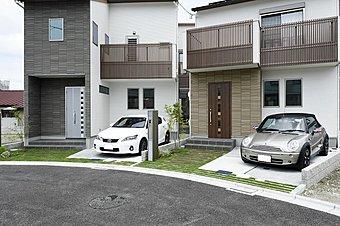 宅地内の接道部分(55cm)を緑道化し、街全体の資産価値を高めます。さらに、R形状の道路で通行車の減速効果が見込め、この街で遊ぶ子供達の安全面に最大限に配慮。