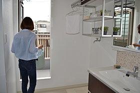 2階洗面台は1,5帖。バルコニー直結で洗濯物もラクラク。