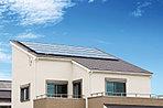 屋根には太陽光パネル、家庭用燃料電池エネファームの3.5KWダブル発電が標準装備