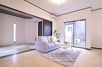 6月24日・25日、現地案内会開催!贅沢な空間を採用したリビング。ワイドな和室の間口を開放してのびのびした空間に。(当社施工例)