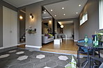 最小限のセパレートでリビングルームと一体感を表現した玄関。雨の日も重宝する広さです。(6号地)