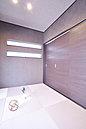 ダークウッドの洒落た壁面を採用したモダンな和室。(K号地)