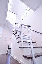 吹き抜けから自然光が爽やかに降り注ぐ鮮やかな階段。(K号地)
