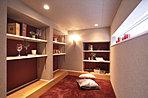 白とブラウンのコントラストが鮮やかな主寝室。(当社施工例)
