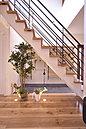 広々とした玄関口からモダンな階段を設置。暮らしにゆとりを与えています。(7号地)