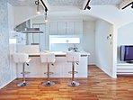オープンなキッチンスペースは家族の存在が感じられるとともに、光の採光源の役割にもなります