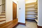 【玄関】ウォークスルータイプのシューズクローク。荷物が多くなりがちな玄関に人気の高い収納コーナーを設けました。お客様用と家族用の出入り位置を変えることで、お客様側はいつも綺麗がキープできます(B号地)