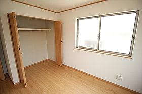 充分な広さの収納を備え採光良好な洋室は、快適空間♪