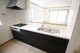 窓付きの明るく爽やかなキッチンスペース。収納も豊富です!