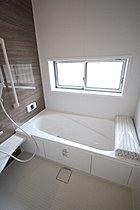 窓付きのバスルームは、採光もあり明るく気持ちの良い空間です。