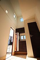 住空間の大きさを印象付ける、玄関の開放感溢れる吹き抜け♪