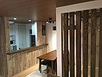【施工例 キッチン】ヴィンテージ風板目調のクロスがオリジナリティー溢れる空間を演出しています。