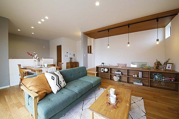 【【西延末街かどモデルハウス】】ヘリンボーン柄のアクセントウォールに開放的な勾配天井のダイナミックな空間。キッチンを中心としたレイアウトでじゃれ合う家族を眺めるのも幸せなヒトトキです。