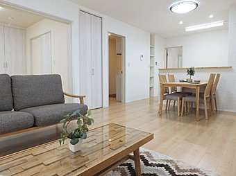 家族が集うリビングは和室と続き間で開放感あり♪対面キッチンで家族の会話もはずみます。