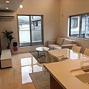 勾配天井と大きな開口を設けることで、明るく開放感のあるリビング・ダイニングに。