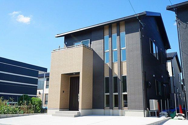 ■1号棟完成 ■外壁は超高耐候塗料「プラチナコート30」を使用したニチハ【Fuge】を採用 色あせに強く、10年から15年ごとに必要であった再塗装工事の期間を大幅に延ばすことが可能になりました。