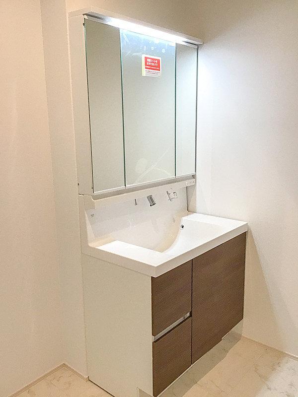 【洗面化粧台】洗面ボウルと一体になったカウンター、上から出る水栓でお掃除簡単♪