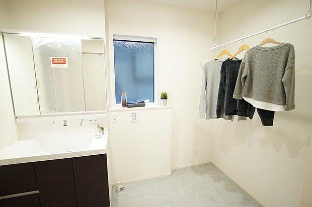 【洗面室】洗面室には全棟室内物干しを完備!