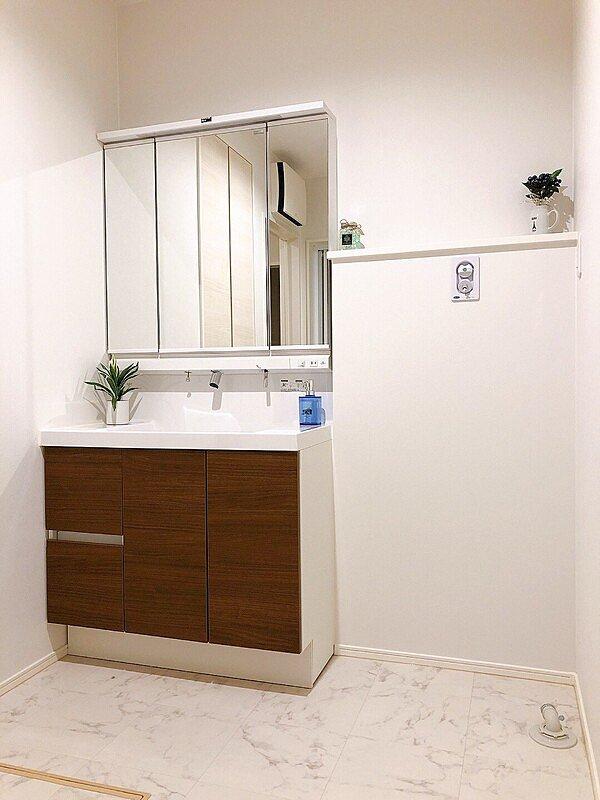 【洗面脱衣所】雨も多い富山県で必須になる室内物干しスペース付きの洗面脱衣所。また洗面化粧台も900Wあり広々使えます。