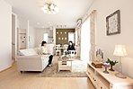 リビングシカモアのフロアにシャビー調の家具をミックス。シャンデリア・花柄のカーテンが優雅な空間を引き立てる。アクセントクロスのグリーンもコーディネーターのこだわり。