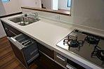 ビルトイン食洗機付の対面式キッチン