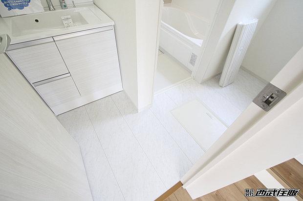 【【洗面脱衣室】】床下収納庫付きなのでお掃除用具や生活用品のストックの収納場所としてちょうどよさそうですね。