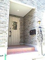 こだわりの玄関も注文住宅ならではのデザインです。