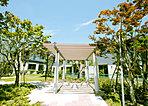 パーゴラを設け、タイサンボクの白い花が優雅に春を告げる「マグノリアパーク」
