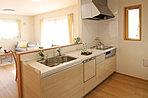 使い勝手の良い対面式のキッチンは、食器洗い乾燥機、浄水器を内蔵した水栓など、気分良く料理を楽しむ工夫がいっぱいです。