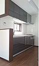 キッチンは便利な食洗器付きです。吊戸棚もあるので、収納スペースもたっぷり。