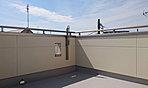 開放感のある屋上バルコニー。照明や水栓も付いています。