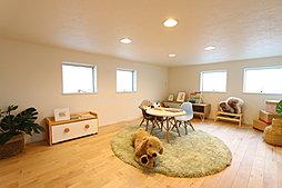 使い方は家族次第、天井高1.4mの広すぎ収納(当社施工例)