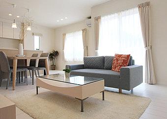 【No.3】可愛らしい南欧風スタイルの内観デザイン。分譲住宅では珍しい、20帖超えの広々リビングです!